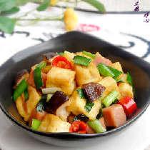 【家常炒豆腐】一款特别简单而不失营养的家常菜,色彩艳丽、味道清香。