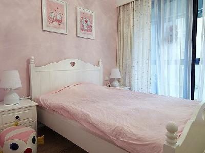 小女儿房里面的窗帘还有贴纸都是嫩嫩的色调。小房间十分的漂亮,从哪里看都觉得是十分的活泼。