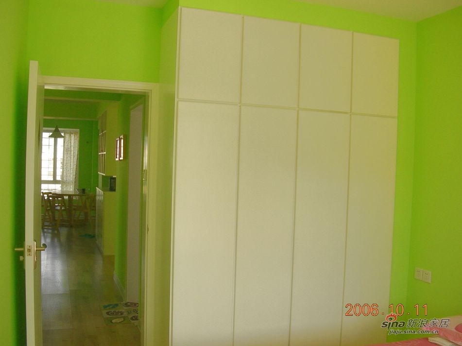 次卧对着过道的一头 装修整体就是绿墙白顶白家居 买的家具是喜梦宝那种松木的 很简单的处理了