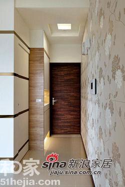 推开大门,造型壁纸从玄关一路延伸至客厅,意外开阔出三米四的挑高视野