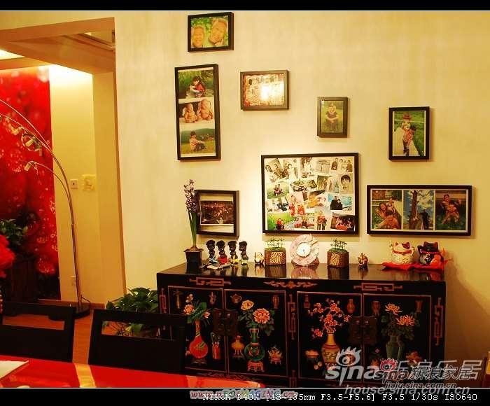 客厅的北面(左手)是餐厅.黑色的餐桌,红色的桌布..我好象没照到5555  墙上是照片..我们两口子从小时候到谈恋爱...结婚...生下了妞子.. 还有家人的照片.. 对了,我最喜欢的餐边柜..超级能