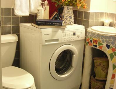 卫生间,彩色瓷片自己动手贴的