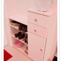 自己设计的鞋柜,几条小鱼悠闲地游啊游。中间抽屉是粉色,淘到了几个色彩艳丽的可爱拉手,爸爸妈妈的鞋也可以放下呢,还要给我家狗狗留个地方看门