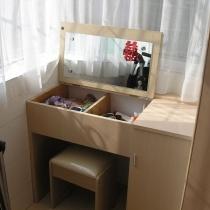 在阳台是设计了个梳妆台,很实用,平时把盖板放下来就是个写字台