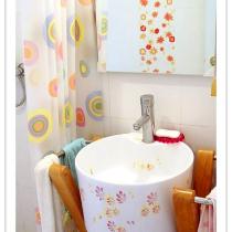 心动的那一处之【7】——橙黄卫浴:台盆的上面是90cm的大镜子,旁边有两个小木托台~这些都是和座便是一套的呢:)