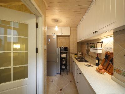 冰箱旁还可以摆个几层的不锈钢架,电饭煲、电磁炉、豆浆机。。冰箱上面还有点空间,也做一排厨柜吧,茶米油盐酱醋。。。