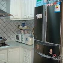 冰箱侧面是女儿的奖状和书法作品