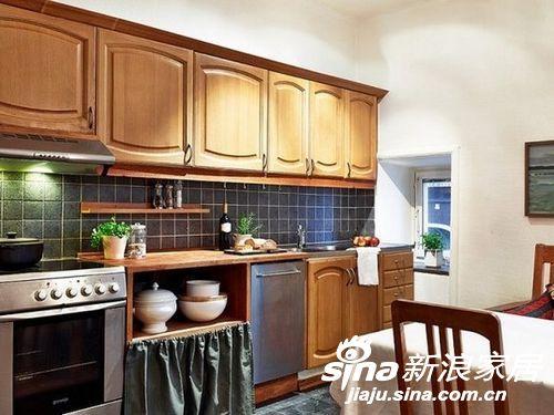 桌子旁边就是厨具,简单的花色和蓝色的马赛克,颜色搭配很经典。小小的窗口也能增加厨房的亮度。