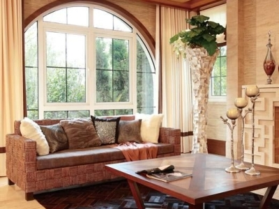 地板、茶几、沙发,颜色逐渐变浅,从深沉的实木到清新的藤麻,这样的错落搭配并不凌乱,与通透的空间巧妙地融合。