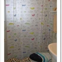 洗手间比较小,不敢用玻璃门来干湿分离,怕更小了~所以用一个鹅卵石的挡水条和浴帘来分隔~浴帘来自宜家,我喜欢的图案~浴帘杆是淘宝淘来的,不用在墙上打洞,只要靠左右支撑的力量就可以固定了~这样的效果我很满意,因为我不喜欢在墙上打洞~