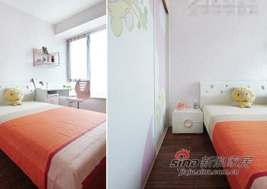 女儿房房间光线好,不需要有多余设计,用粉色壁纸和整体儿童家具装饰。