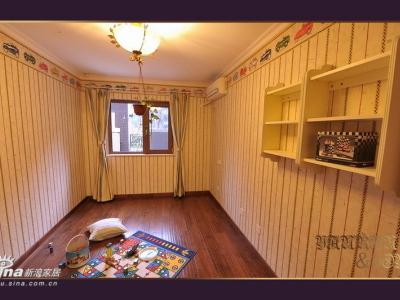 儿童房,家具要从现在的房子搬过来,所以还是空的,现在成了儿子的游戏室