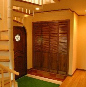 从楼梯处看入户门