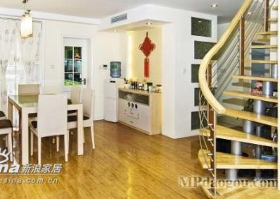 开放式厨房,也采用了木地板,让就餐区在整体环境上都是比较高档奢华又不失家庭气息的