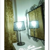 也是淘回来的灯,比较精致哦!镜子是历经千辛万苦才买回来的宜家镜子!主卧的窗帘是鸵红色,花色也是欧式大花,厚重的料子,有人说像宾馆的帘子.......