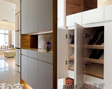仅有两臂伸展宽度的玄关处,为解决顶天鞋柜桶深不足问题,在柜体内侧改以倾斜层板设计,加深空间量,并方便拿取