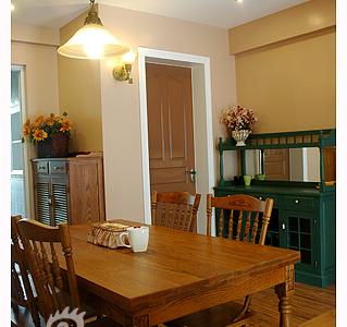 旧旧的绿色餐边柜,给餐厅添加一些童话色彩