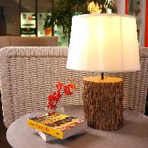来自上海独立设计师品牌THE NATURE,实用、天然材质、手工制作,是他们的产品最大的特点。此款树干台灯截取了天然未上漆的实木树干作为灯座,保留了原来树皮,最大限度地还原了树木自然的纹理和触感。米色丝绸灯罩,使空间里处处散发温馨的气息。100%手工制作,每一个都有细小的差别,没有两个完全相同的产品。购买链接:http://www.nuandao.com/product/8061