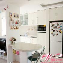 开放式餐桌厨房整个小一居设计里的亮点就是把厨房的墙拆除,让空间充分被利用,其实一进门看到的就是这个视角~嘿嘿~