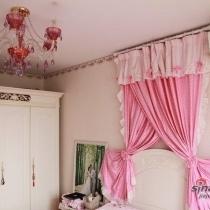 卧室照样粉红色