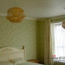 因为某人迷信风水,把原本正吊在大床顶上的灯改在了床尾的两边