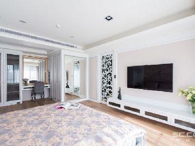 卧室设计: 设计师考量生活物品的收纳,在多出来的空间中,规划了化妆台与收纳衣柜,让使用功能更满分