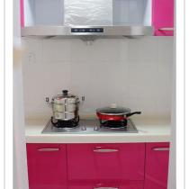 心动的那一处之【8】——恋上厨房:采用的是玫红色烤漆和水晶台面,很亮的颜色,又显干净~~