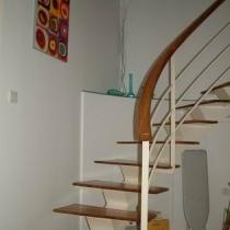 楼梯的另一个角度。弧角的柜子能放很多杂物。