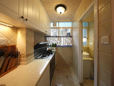 桑拿板的天花、白色厨柜还有那特意设计的照明灯光 处处显得那么的温馨