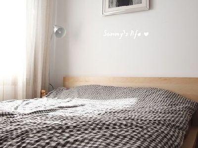 黑白格子床上用品,灯具为宜家产品,勒斯达,阅读/ 落地灯。水龙头右边的杯子其实是陶瓷的,木格收纳。