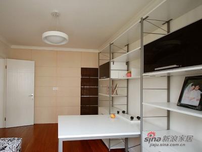 很随意简单的柜体,储纳空间十分充足,烤漆面的柜门有增添了一份时尚的感觉。