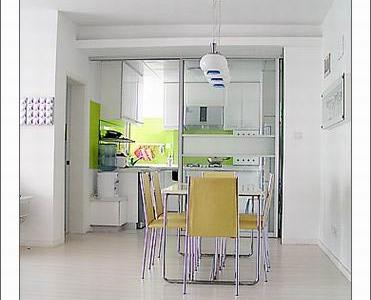 餐厅和鞋柜在一条线上,再过去就是厨房,敲掉了小阳台,厨房变大了