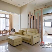 不同于一般的石墙或壁纸隔间设计,夹纱玻璃穿插上枝条,未及顶的层次设计,将自然采光带出淡淡穿透性