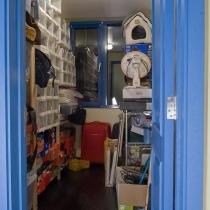 储藏间,原来是个次卫,但是就我们两个人住,也没必要多一个洗手间,就作储藏室了,IKEA的架子和鞋盒,我和LG加在一起有百十多双鞋呢,是得专门有个地方存放