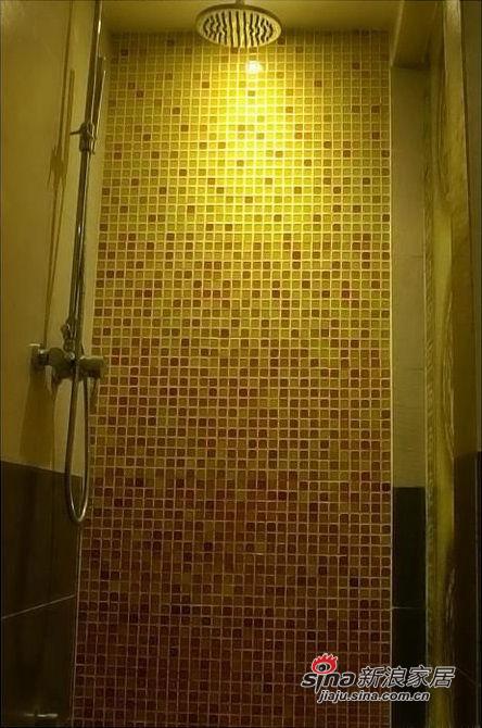 洗澡的地方,马赛克和地面交接的地方我弄了弧度,很流畅的一直铺到地面。注意看我的花洒。哈哈,巨大的,洗澡很爽啊