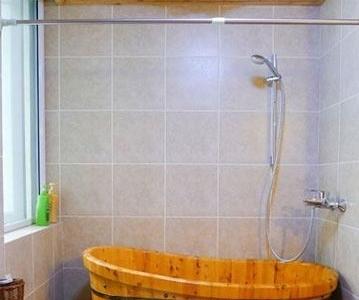 卫生间。卫浴同样也是木质的,与家中的主格调相一致。