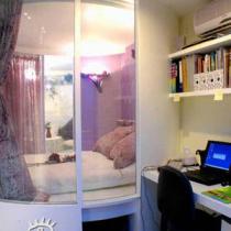 书房 从阳台望去,圆柱的玻璃造型睡眠区依旧是居室的出彩点;倚墙安置的一块台面和二块搁板简约而流畅的造就了家中的办公空间