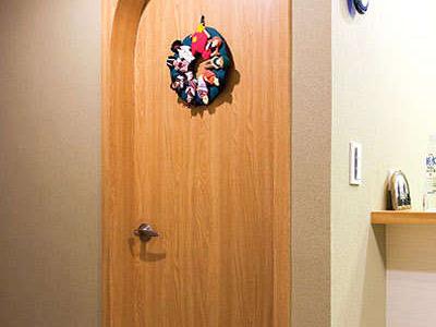 喜爱地中海风格,因此以拱门做为空间的串联因子,从楼上到楼下的浴室皆为拱门造型,而于门上悬挂的装饰品,也是从国外买回来的战利品