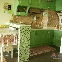 厨房的位置是原来的卫生间,卫生间已经移到楼上去了。因为感觉原来的厨房太小很不实用,所以有了这个果绿色的很可爱的敞开式厨房。厨房和客厅有坐了个马赛克的吧台。因为没有餐厅,所以平时就把餐桌放在吧台下面,这