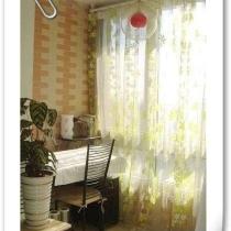客厅阳台一角.绿色的碎花纱帘总在风中轻舞....