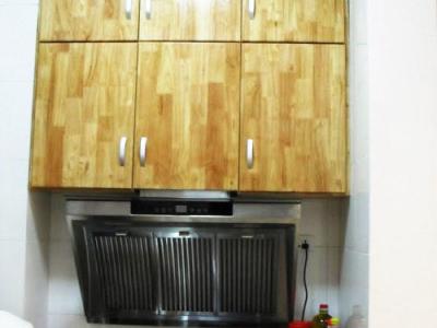 为了增加实用性,厨房里面满是柜子。