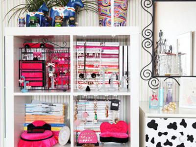 工作室白色储物格内也是惊喜连连。一套套粉色的物品尽收眼底,这样颜色鲜明的配搭,一定让众多小女生动心。