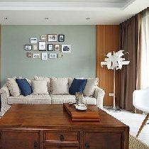 客厅沙发正面,有了点美式风格也有点地中海的感觉~所以混搭之~ 灯光下的沙发,是不是很惬意的感觉~