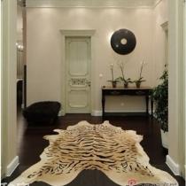 若是您的玄关装饰较为普通,那这样一款放老虎皮地毯,夸张的放在正中央,瞬间就能成为玄关中的焦点,增添霸气,镇住四方。