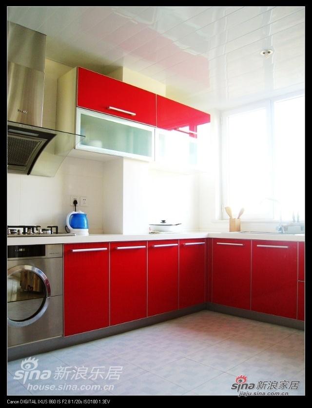 厨房那是相当的敞亮,地砖和吊顶也是打折买的,地面要是纯白就好了,不过还行,和客厅的蓝有呼应嘛,以后看到地砖主动忽略...