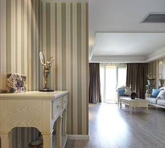 从餐厅的方向会看客厅,大面的落地玻璃窗让客厅明亮温暖。