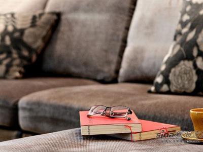 沙发的特写,闲下来,坐在沙发上看看书,听听音乐是一件非常惬意的事情