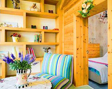 书房是抬高的地台,2×2的空间虽然小,但摆上一小矮园桌,窗台在放一小电视,几个好友可盘腿在地板上随意的聊天,书房主题是清新田园,地面特地挑选了淡淡的果绿色的地板,因为和儿童房是连在一起,用一个尖顶的木