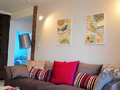 换个角度看看,墙面的两幅画,让整体家中更显亮堂。