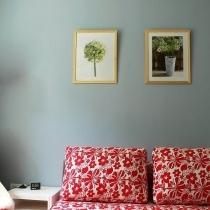沙发床,博妮的,质量凑合~后面的画是IKEA,自己配上19块一个的木框就可以。在淡淡的蓝色墙面上倒也蛮印的起的。其实这张照片里除了沙发床外其他东西都是宜家的